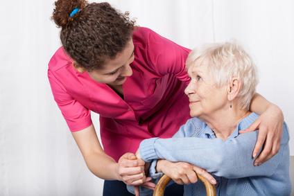 אחות מטפלת בקשישה