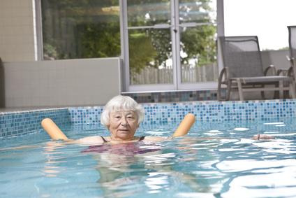 קשישים באימון שחייה