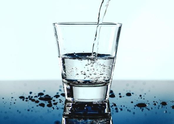 שתיית מים בגיל השלישי